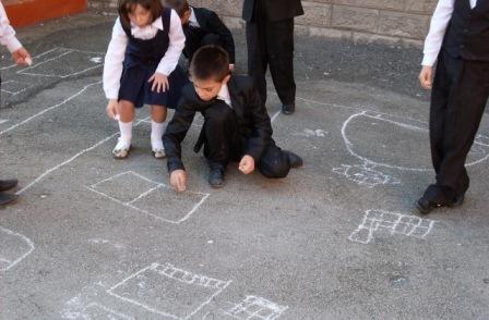 Нашей школе прошел конкурс рисунка на асфальте среди учащихся младших